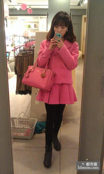 玫红色包包怎么搭配-玫红色的包包应该搭配什么衣服